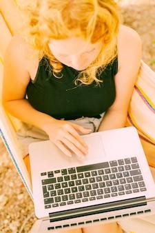 Vrouw die touchpad op laptop gebruikt