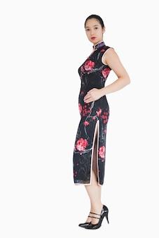 Vrouw die traditionele aziatische kleding draagt