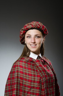 Vrouw die traditionele schotse kleding draagt