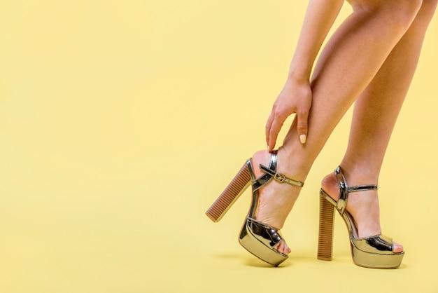 Vrouw die trendy hoge hielenschoenen draagt