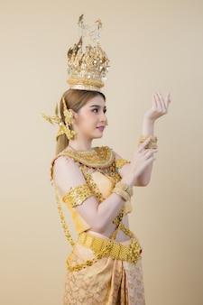 Vrouw die typische thaise kleding draagt
