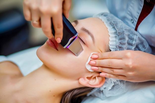 Vrouw die ultrasone gezichtschilfering ontvangen bij de schoonheidsspecialistssalon.
