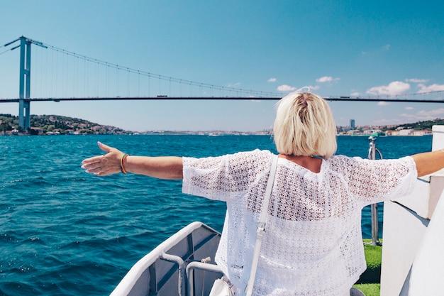 Vrouw die van de cruise op een jacht geniet