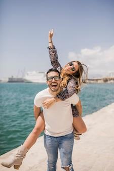 Vrouw die van de rit op de rug van zijn vriend op de rug geniet