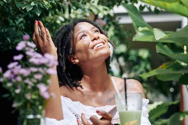 Vrouw die van de zomer geniet