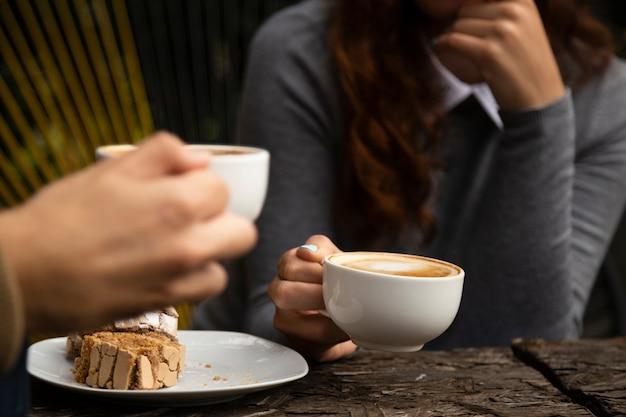 Vrouw die van een koffiekop geniet
