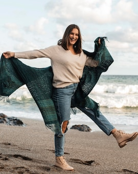 Vrouw die van een strandavontuur geniet