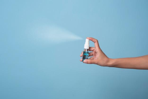 Vrouw die van het de wasdesinfecterende middel van de alcoholgel de schone antibacteriële bacteriën gebruiken. preventieve maatregelen tegen coronavirus.