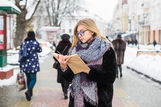 Vrouw die van het lezen in de winter geniet