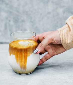 Vrouw die van koffie in het weekend geniet