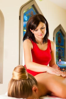 Vrouw die van massage in wellness spa geniet