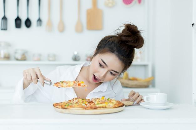 Vrouw die van pizza geniet