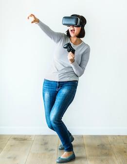 Vrouw die van virtueel werkelijkheidsspel geniet