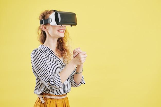 Vrouw die van virtuele werkelijkheid geniet