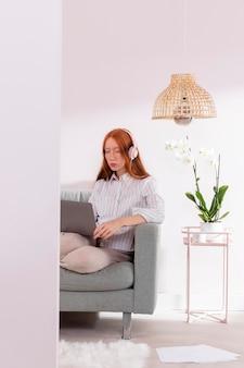 Vrouw die vanuit huis met laptop werkt