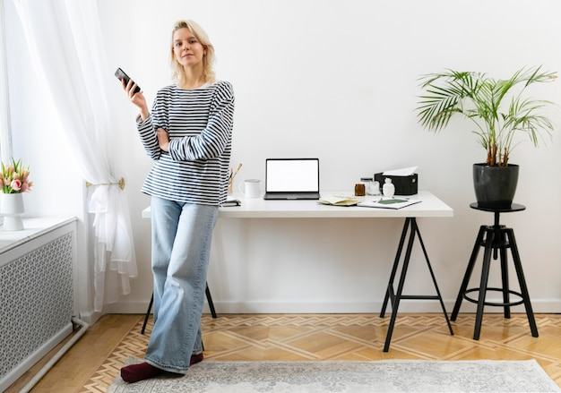 Vrouw die vanuit huis werkt