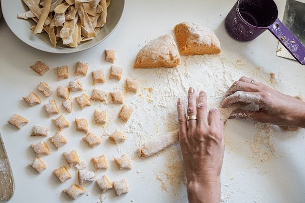 Vrouw die veganistische bataatgnocchi maakt
