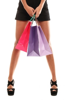 Vrouw die verschillende kleurrijke boodschappentassen draagt