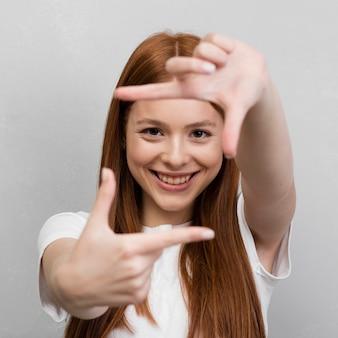 Vrouw die vierkant met handen maakt