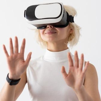 Vrouw die virtuele werkelijkheid ervaart