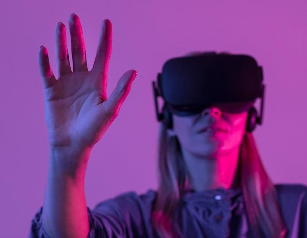 Vrouw die virtuele werkelijkheidsgadgetclose-up draagt