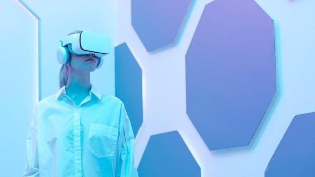 Vrouw die virtuele werkelijkheidssimulator draagt
