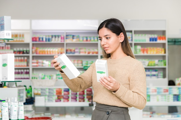 Vrouw die vitamines en supplementen voor het immuunsysteem kiest. coronavirus pandemische noodzaak