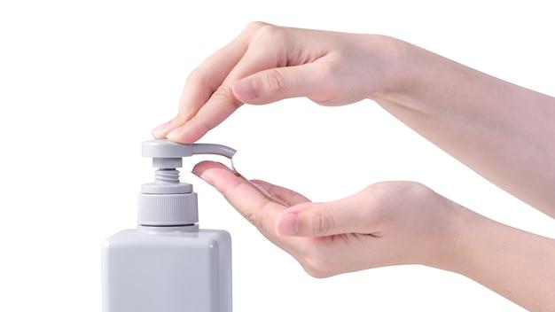 Vrouw die vloeibare zeep gebruikt om handen te wassen