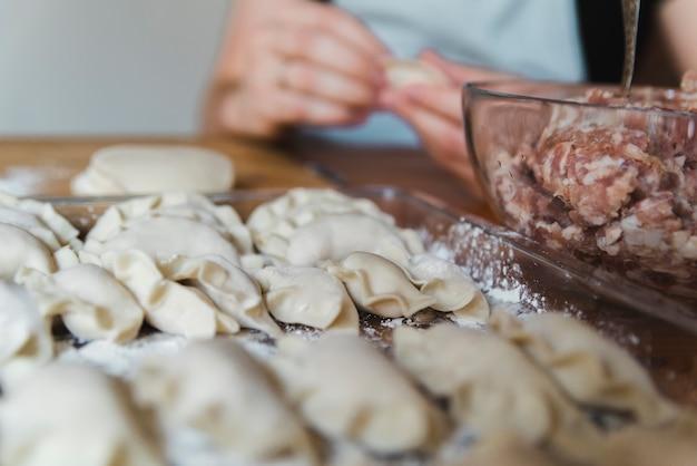 Vrouw die voedsel maakt voor chinees nieuw jaar