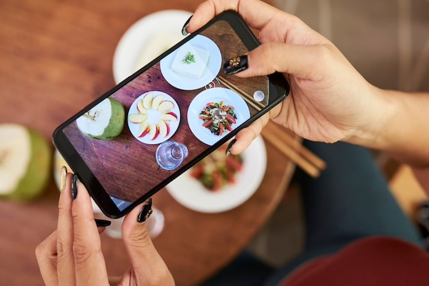 Vrouw die voedsel online plaatst