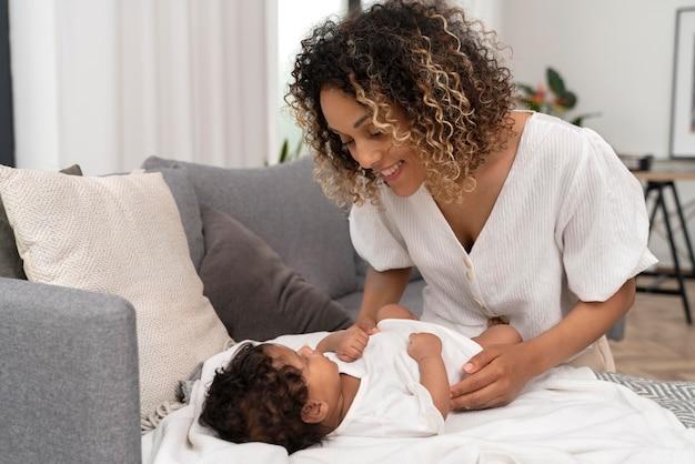 Vrouw die voor haar babymeisje zorgt