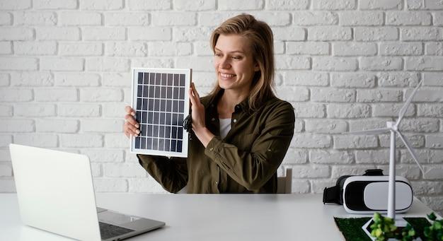 Vrouw die voor het portret van milieuprojecten werkt
