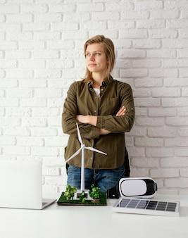 Vrouw die voor milieuprojecten werkt