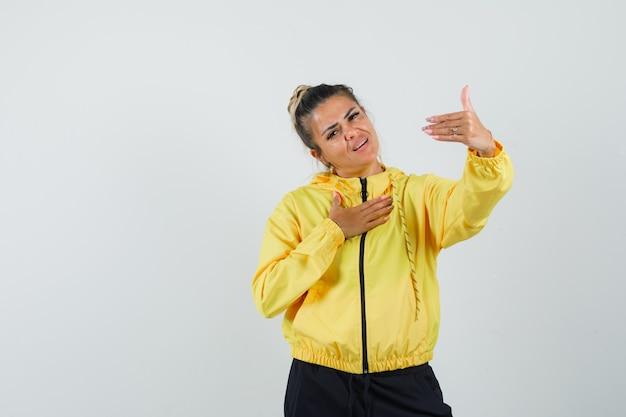 Vrouw die voor strijd in sportkostuum provoceert en er zelfverzekerd uitziet. vooraanzicht.