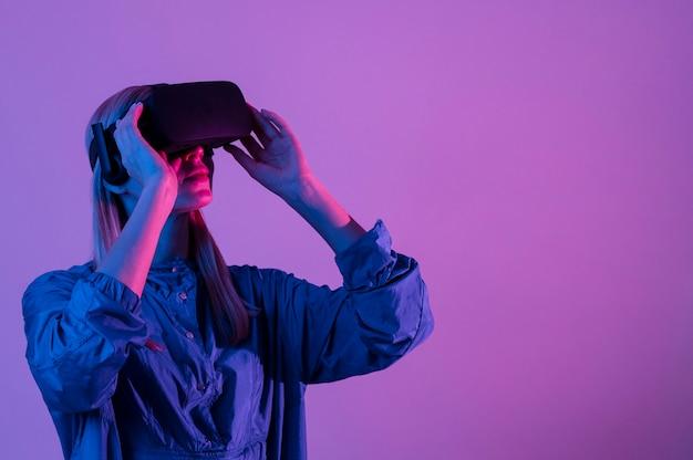 Vrouw die vr-bril met exemplaar-ruimte draagt