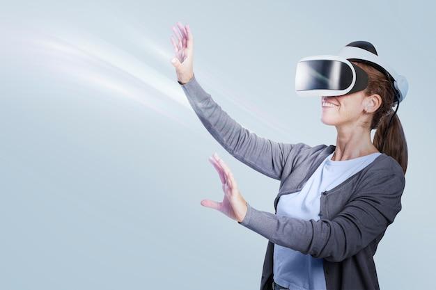 Vrouw die vr-entertainmenttechnologie ervaart