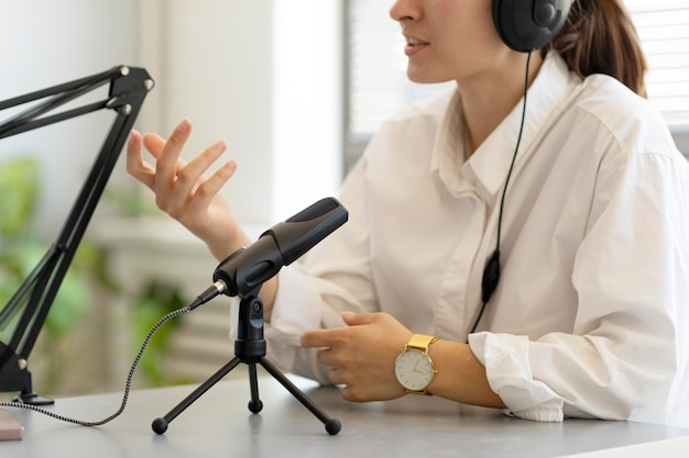 Vrouw die vragen stelt in een podcast