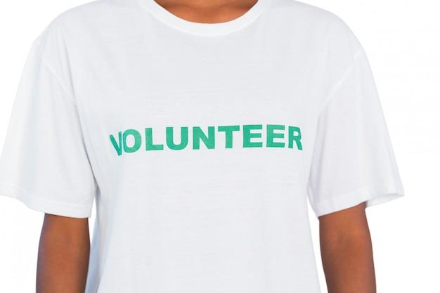 Vrouw die vrijwillige t-shirt draagt