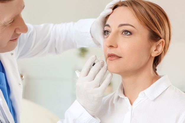 Vrouw die vullerinjectie ontvangt in schoonheidssalon