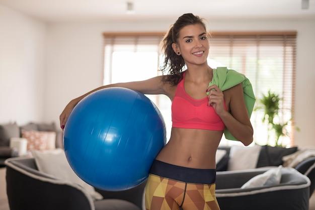 Vrouw die wat oefening thuis voorbereidt