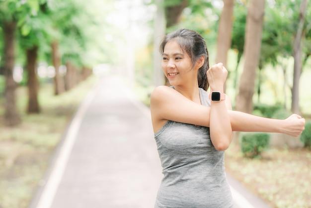 Vrouw die wat opwarmingsoefeningen doet en schouder het streching