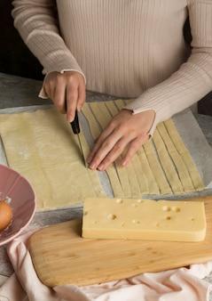 Vrouw die wat traditionele tequenos voorbereidt