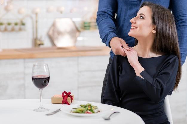 Vrouw die weg terwijl het houden van de hand van haar echtgenoot kijkt