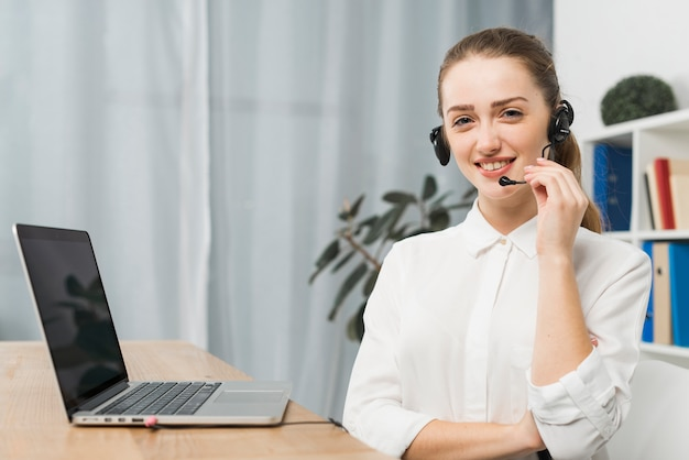 Vrouw die werkt in callcenter