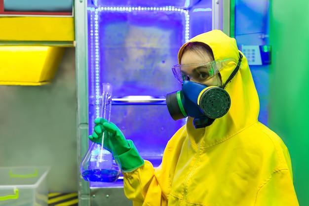 Vrouw die werkt in chemisch laboratorium