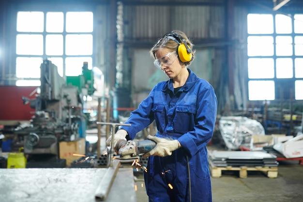 Vrouw die werkt in de garage