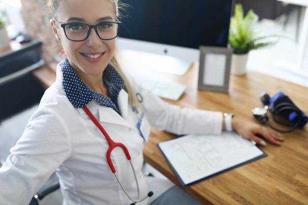 Vrouw die werkt in de medische kantoor