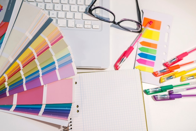 Vrouw die werkt met kleurstalen voor selectie