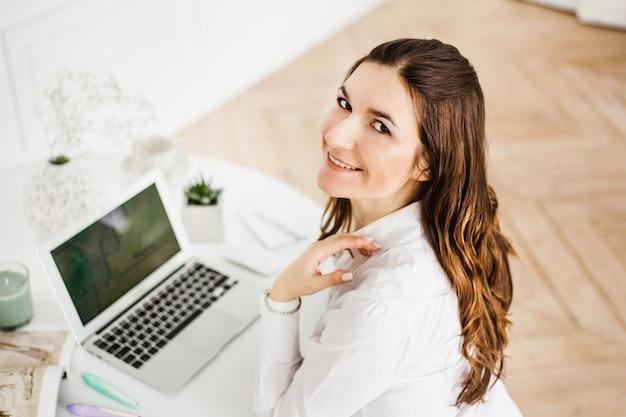 Vrouw die werkt op een computer, freelancer of manager, zelfstandige, bedrijf