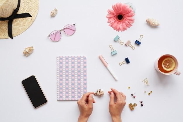 Vrouw die werkt op zomer ontwerp